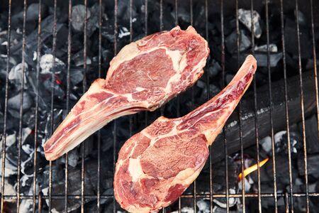 Vista superior de la carne cruda asar a la parrilla en la parrilla exterior Foto de archivo