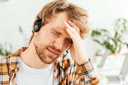 사무실에서 편두통으로 고통받는 피곤한 브로커