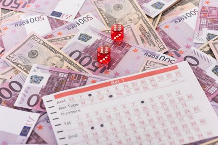 dice and betting list on euro and dollar banknotes, sports betting concept Banque d'images