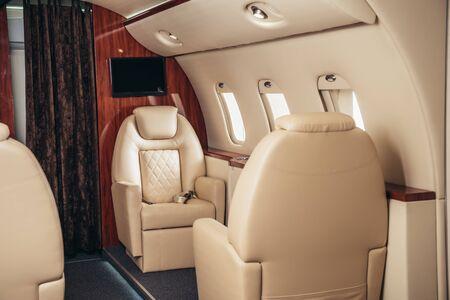 luxe, comfortabele en moderne cabine van privévliegtuig Stockfoto