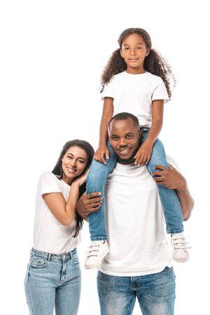 szczęśliwa afroamerykanka oparta na ramieniu męża piggybacking urocza córka na białym tle Zdjęcie Seryjne
