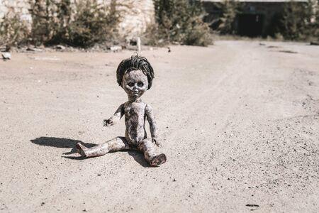 ombra vicino a una bambola vecchia e spaventosa a terra, concetto post apocalittico Archivio Fotografico