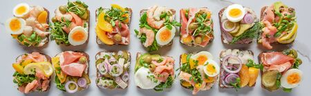 photo panoramique de délicieux sandwichs smorrebrod danois sur une surface en marbre blanc Banque d'images