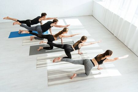 high angle view of five young people practicing yoga in balancing table pose 版權商用圖片 - 134811995