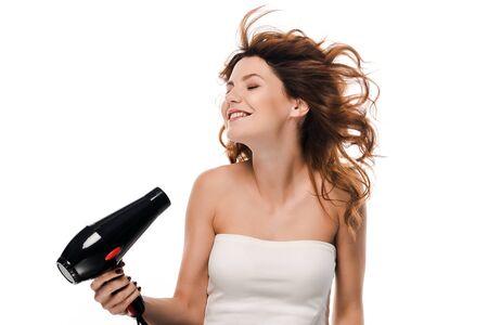 Happy girl bouclés à l'aide d'un sèche-cheveux isolated on white