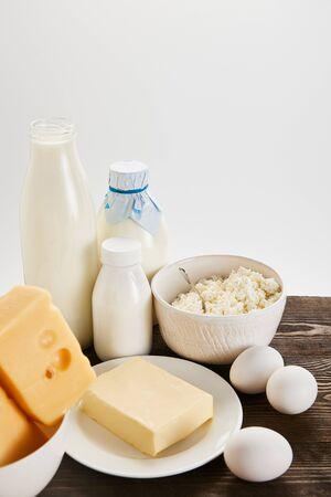 pyszne świeże produkty mleczne i jajka na drewnianym stole na białym tle