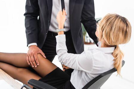 Seductora empresaria coqueteando con su colega en la mesa de la oficina