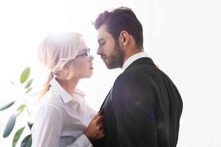 Seitenansicht von Geschäftsmann und Geschäftsfrau, die sich beim Flirten im Büro ansehen Standard-Bild