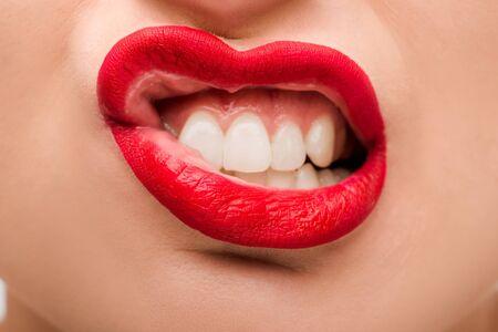 Ausgeschnittene Ansicht einer emotionalen jungen Frau mit rotem Lippenstift Standard-Bild
