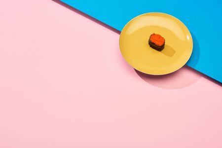 fresh nigiri with red caviar on blue, pink surface 版權商用圖片