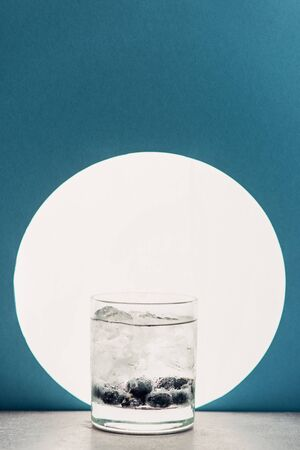 fresh gin and tonic in glass on blue background with back light 版權商用圖片