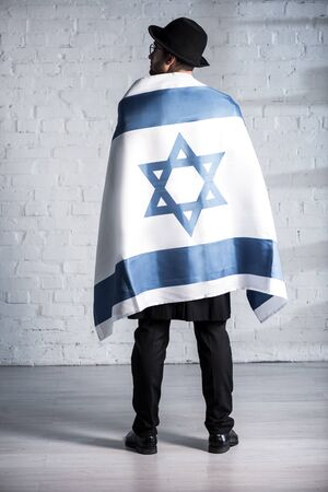 back view of jewish man with flag of israel 版權商用圖片
