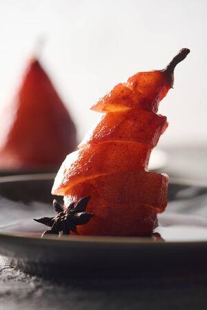 Vue rapprochée de délicieuses poires tranchées au vin avec de l'anis sur la plaque Banque d'images