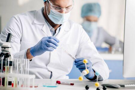 El enfoque selectivo del consultor genético que hace la prueba de adn en el laboratorio Foto de archivo