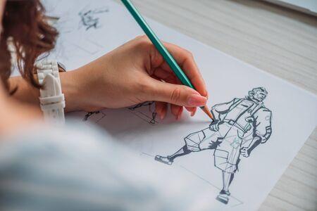 mise au point sélective de l'illustrateur dessinant un personnage de dessin animé sur papier Banque d'images