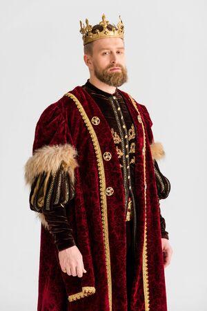 bel re con corona che guarda l'obbiettivo isolato su gray Archivio Fotografico
