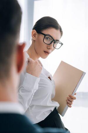 Selektiver Fokus einer attraktiven Sekretärin mit einem großen verführerischen Geschäftsmann im Büro Standard-Bild