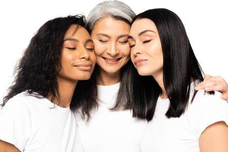 femmes multiculturelles joyeuses aux yeux fermés isolées sur blanc