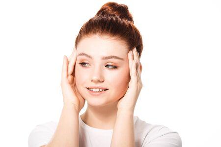 schöne lächelnde Teenagerin mit sauberer Haut, isoliert auf weiß