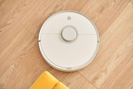 top view of white robotic vacuum cleaner washing floor 版權商用圖片