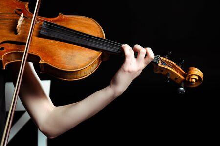 Ausgeschnittene Ansicht einer Musikerin, die auf der Geige spielt, isoliert auf Schwarz