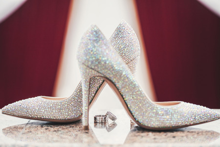 Wedding-ring and woomen shoes acute coe 版權商用圖片