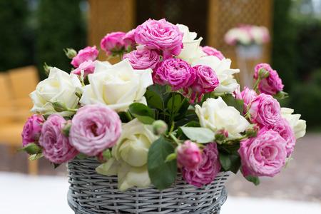 바구니에 아름다움 꽃다발 장미 스톡 콘텐츠
