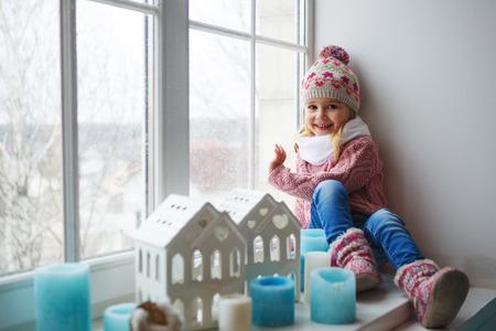 창틀에 앉아있는 어린 소녀