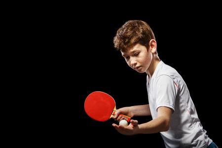 검정색 배경에 테이블 테니스 재생 소년 스톡 콘텐츠