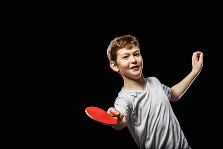 tischtennis: Boy spielen Tischtennis auf einem schwarzen Hintergrund