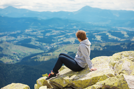 산에 앉아있는 여자 스톡 콘텐츠