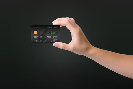 어두운 배경에 여자 손에 검은 색 신용 카드