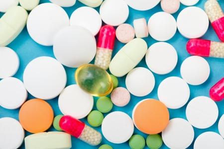 様々 な薬、サプリメント、青い背景にビタミン。 写真素材