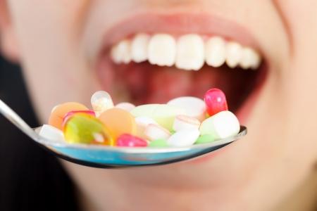 túladagolás: Lány eszik túl sok kábítószer - túladagolás fogalma.