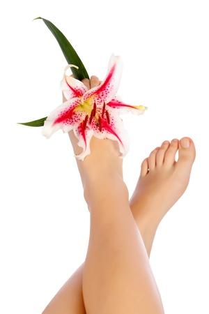 pied fille: Belles jambes de la femme avec la fleur Lifted Isolé Sur Blanc. Banque d'images