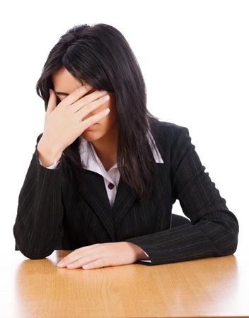 avergonzado: Mujer de negocios avergonzarse cubriéndose los ojos con la mano. Foto de archivo