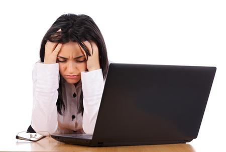 Müde Frau, die ihren Kopf mit starken Kopfschmerzen bei der Arbeit. Standard-Bild