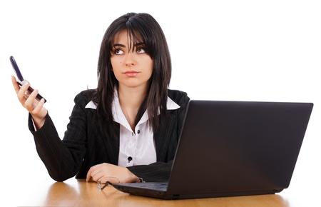 molesto: La mujer no está interesada en la persona en el teléfono, que sostiene el teléfono de inmediato.