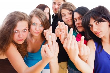 foda: Los jóvenes enojado mostrando su dedo medio.