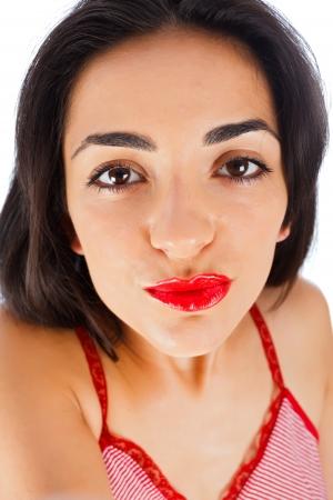 primp: Ragazza bruna liprounding inviando baci fanno autoritratto - il punto di vista della telecamera.