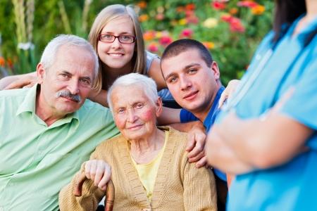 Bejaarde vrouw met haar familie onder toezicht van een arts.