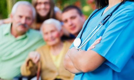 Zekere arts verwelkomen patiënten, gelukkige familieleden - familie medische zorg concept.