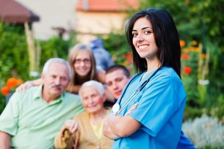 Doctor confidente bienvenida familia multigeneracional en el hogar de cuidado residencial.