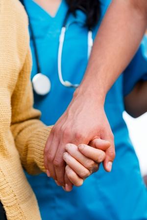 medical attention: Miembro de la familia joven que toma una mujer de edad para recibir atenci�n especial - concepto de atenci�n m�dica.