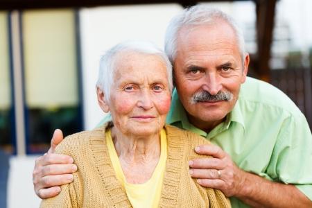 Liefdevolle zoon met senior moeder in een verpleeghuis. Stockfoto