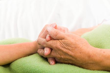 Gesundheits Krankenschwester, die ältere Dame, die Hand mit fürsorgliche Haltung.