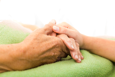 Soziale Dienste Krankenschwester, die ältere Frau die Hand mit Sorgfalt. Standard-Bild