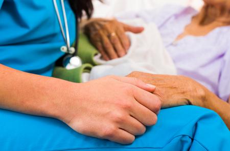 Fournisseur de la protection sociale tenant par la main dans les hauts attitude bienveillante - aider les personnes âgées. Banque d'images - 26421072