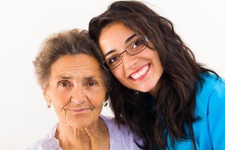 niños enfermos: Amoroso miembro de la familia sobre el cuidado médico anciana abuela.