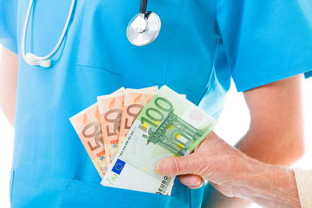 dinero euros: Mujer mayor que da el dinero de jabón para el médico - los costos de salud concepto.